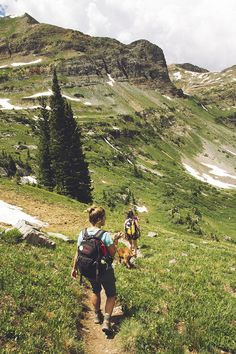Be sure to take the Hiking 10 essentials on every hike! Stay safe and enjoy your outdoor adventure with this list of essential hiking gear. Hiking Tips, Hiking Gear, Hiking Backpack, Hiking Checklist, Trekking Gear, Hiking Europe, Diaper Backpack, Diaper Bags, Foto Snap