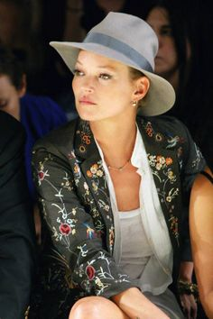 Kate Moss at the Topshop Unique Spring/Summer 2010 show during London Fashion Week Party Fashion, Fashion 2020, Fashion Week, London Fashion, Races Fashion, Die Queen, Queen Kate, Keri Russell, Krysten Ritter