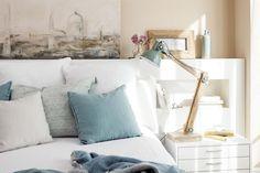 Cuadro sobre el cabecero y cojines en tonos azules y blancos sobre la cama_MG 1723