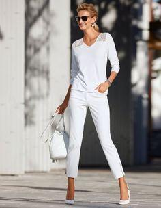 Pullover mit Spitze, Röhrenjeans in 7/8-Länge, Sonnenbrille mit Metallrahmen, Beuteltasche aus echtem Leder, Slingpumps aus Leder mit hohem Absatz