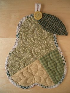 Pear trivet by Patchwork Pottery Small Quilts, Mini Quilts, Fabric Crafts, Sewing Crafts, Quilt Patterns, Sewing Patterns, Quilted Potholders, Small Sewing Projects, Quilted Table Runners
