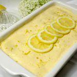 Wenn es bei mir ein Dessert gibt, dann ist es meistens ein Klassiker. Ich mag den guten alten Milchreis, Griessbrei, Pudding und Co. Tiramisu gehört auch zu meinen all time favorits. Das klassische Tiramisu habe ich zu einem Sommerdessert abgewandelt. Die Zitrone gibt der Mascarpone eine ganz frische Note und die Löffelbiskuit werden mit Limoncello getränkt. Mmhh lecker…. Drucken Zitronen Tiramisu Für eine Form 30x20cm braucht ihrZutaten200g Löffelbiskuit250g Mascarpone3 sehr frische…