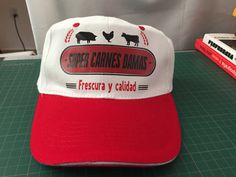 Personalización corporativa en gorra de algodón.