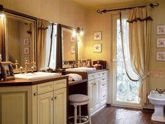 Francia elegancia jellemzi a klasszikus bútorokkal berendezett fürdőszobát. A földig érő függöny és az óriási tükrös felületek nemcsak a térhatást növelik, de elegáns budoárrá varázsolják a teret.