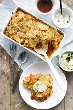 Met dit recept maak je een super lekkere nachoschotel met kip. En als je het helemaal goed wilt doen maak je de lekkere tacosaus ook zelf.