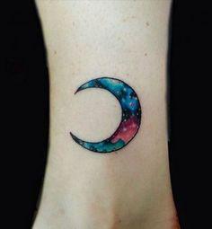 Idées+de+tatouages+pour+le+poignet+:+un+croissant+de+lune+coloré