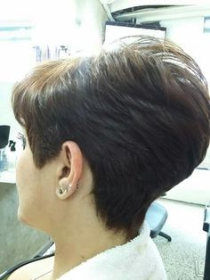 CASTAÑO Y CORTO Short Stacked Haircuts, Short Sassy Haircuts, Pixie Haircut For Thick Hair, Short Grey Hair, Very Short Hair, Short Hair With Layers, Hair Styles For Women Over 50, Short Hair Cuts For Women, Short Hair Styles