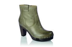 Fara in Gauchonappa Kaffee läßt gewöhnliche Daily Pieces wie High-Fahsion-Items aussehen. Wichtige Stylingregel: Trotz Glanz und Glamour soll der Gesamtlook unangestrengt gestylt wirken. Und für die Füße gilt: Freut Euch über die wunderbiegsame Sohle. #shoes #fallshoes #clogs #wood #woddensole #fallshoes #fallfavorites #leather