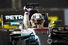 Formula 1. Lewis Hamilton vince il Gran Premio di Singapore, allungando il vantaggio. Disastro Ferrari con l'incidente iniziale tra le rosse e Verstappen.