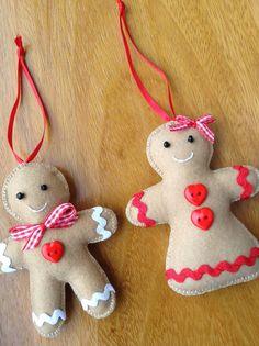 Kit com dois enfeites para árvore de Natal (casal), o Gingerbread Man e a Gingerbread Woman. Feitos em feltro, totalmente costurados e bordados à mão com linha de bordar 100% algodão, miçangas, fita e sianinha. As cores das sianinhas podem variar.