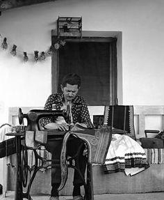 ΚΑΡΔΊΤΣΑ 1976. Ράφτης παραδοσιακών ενδυμασιών στο Αρτεσιανό . Φωτογραφία Τάκης Τλούπας