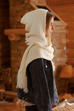 Kapuzenschal Scoodie - kostenlose Strickanleitung This hooded scarf called Scoodie is a real classic among the most popular wool accessories. Crochet Scarves, Crochet Shawl, Knit Crochet, Free Knitting, Knitting Patterns, Baby Knitting, Dou Dou, Hooded Scarf, Moss Stitch