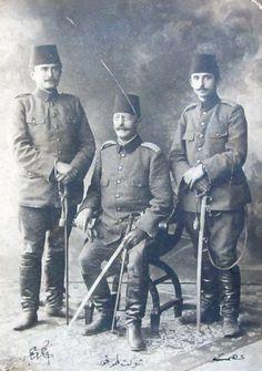 31 Mart isyanı sırasında İstanbul'a gelen Hareket Ordudu Komutanlarından Şevket Turgut Paşa ile Kurmayları İsmet (İnönü) ve Kazım (Karabekir) Bey.