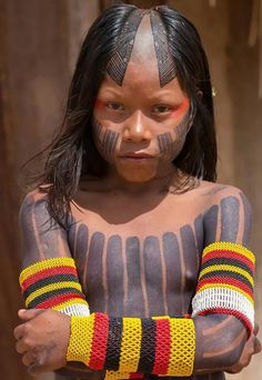 A striking portrait of a young Kayapó girl's stare in preparation for a ritual. Ladera Village, Redenção, Para - Brazil - Photo taken by award winning photographer Alice Kohler. African Girl, Indian Girls, American Indians, Native American, Amazon People, Amazon Girl, Amazon Tribe, Lily Chee, Arte Tribal