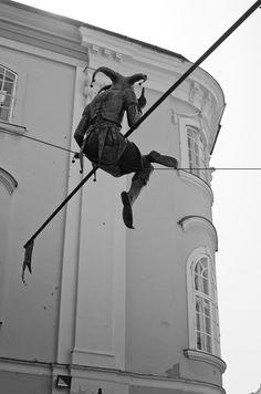 Jest in black motley and hat - © 2012 Viviane Perenyi - Szekesfehervar Street Art Clowns, Circus Aesthetic, Art Du Cirque, Character Inspiration, Character Design, Court Jester, Jester Hat, Street Art, Clowning Around