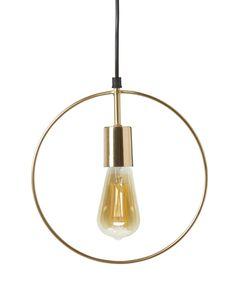 Trendig fönsterlampa i guldfärgat stål. Fint att kombinera flera stycken eller att hänga separat i fönstret, passar även bra i mindre rum eftersom den inte tar så stor plats. Köp gärna till någon av våra ljuskällor.