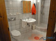 Das innenliegende Badezimmer im Nebengebäude verfügt über eine Dusche, eine Toillette und ein Waschbecken.