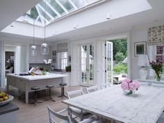 Ideas for shabby chic kitchen diner lights Cocina Shabby Chic, Shabby Chic Kitchen Decor, Shabby Chic Homes, Kitchen Orangery, Hampshire House, Casas Shabby Chic, Chic Bathrooms, Open Plan Living, Country Kitchen