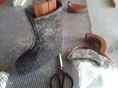 foto tutorial for felt boots Felt Diy, Handmade Felt, Felt Crafts, Diy Clothes And Shoes, Fibre Textile, Felt Boots, Cat Shoes, Needle Felting Tutorials, Felted Slippers