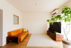 リビングにはソファとテレビのみ。これは思いっきりくつろげそう。#U様邸菊名 #リビング #シンプルな暮らし #日当たり良好 #インテリア #EcoDeco #エコデコ #リノベーション #renovation #東京 #福岡 #福岡リノベーション #福岡設計事務所 Floor Chair, Flooring, Bedroom, Interior, Furniture, Home Decor, Decoration Home, Indoor, Room Decor