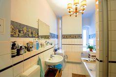 Großes Helles Badezimmer Mit Schönen Wanddekos. #Bad #Badezimmer  #Tageslichtbad #Einrichtung #
