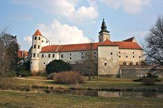 Historic Center of Telic - Czech Republic - built late century - UNESCO site 15th Century, Eastern Europe, Great Pictures, World Heritage Sites, Czech Republic, Prague, Taj Mahal, Mansions, House Styles