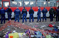 """Lager in Röszke """"so gut wie leer""""  Nach Deutschland reagiert nun auch Österreich auf die laufende Flüchtlingskrise mit der Wiedereinführung von """"temporären Grenzkontrollen"""". In den vergangenen Tagen kamen an den österreichisch-ungarischen Grenzorten immer neue Höchstzahlen an Flüchtlingen an. Allein am Montag werden erneut Tausende offenbar von Ungarn mit Sonderzügen direkt zur Grenze gebrachte Flüchtlinge erwartet."""