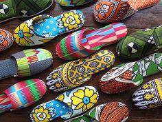 平和 (heiwa) means 'peace'. Japanese slippers with African print by Heiwa Slipper. African Wear, African Attire, African Dress, African Shop, African Women, African Textiles, African Fabric, African Prints, African Inspired Fashion