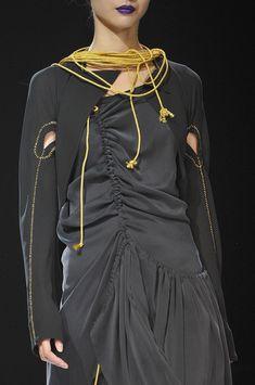 Yohji Yamamoto at Paris Fashion Week Spring 2012 - Details Runway Photos Fashion Details, Unique Fashion, Trendy Fashion, High Fashion, Yohji Yamamoto, Couture Fashion, Runway Fashion, Spring Fashion, Paris Fashion