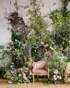 We could spend an eternity admiring these larger than life floral installations for weddings. From lush ceremony backdrops to fluffy clouds canopying the reception, there is no limit to the creativity modern floral designers bring to the table for weddings today. See our favorite 42 ideas for larger than life floral inspiration on #ruffledblog now!