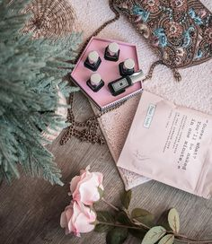 Guess what? Saturday mood. // #chiaralosh #saturday #morning #mood #pink #home #loshome #parfume #scrub #frankbody #jomalone #christmastime #fashion #style