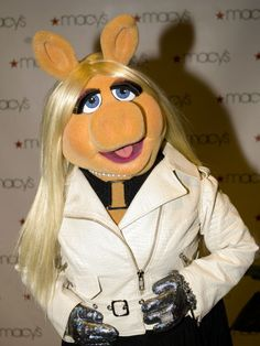 Who Wore It Better: Miss Piggy Or These Celebrities? I luv Miss Piggy. She's all class! Danbo, Miss Piggy Quotes, Muppet Show, Bambi Disney, Famous Cartoons, Furry Girls, Kermit The Frog, Alicia Keys, Jim Henson
