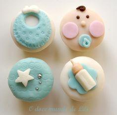 Mini cupcakes para chá de bebê menino  Baunilha com chips de chocolate e decoração plana em pasta americana