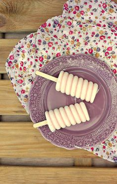 {Haz click aquí para ir a la receta en Español} Happy Monday everyone! In particular to me, because it is going to be my happiest monday in a while. I'm back to school in a. Frozen Desserts, Frozen Treats, Just Desserts, Delicious Desserts, Yummy Food, Ice Cream Pops, Yummy Ice Cream, Ice Cream Treats, Chocolate Pops