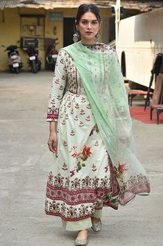 Your weekly dose of style inspiration from your favourite Bollywood celebrities. Dress Indian Style, Indian Dresses, Ethnic Outfits, Indian Outfits, Indian Attire, Indian Wear, Anarkali, Lehenga Choli, Saree