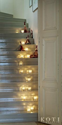 Pappila pyhäpuvussa. Jouluna kynttilät valaisevat portaikkoa. Koti ja keittiö, kuva Kirsi-Marja Savola.