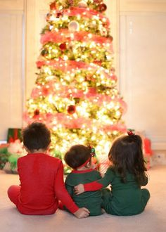 http://muchpics.com/whats-cuter-than-one-baby-in-front-of-a-tree-three-babies-in-front-of-a-tree-photo-session-ideas-props-prop-child-photography-christmas-christmas-tree-poses-sibling-photograph/