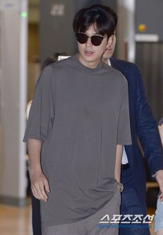 #KOREA News |  02 August 2016 (Tuesday) @ 7:08 pm (KST)  [http://entertain.naver.com/read?oid=076&aid=0002965964&lfrom=twitter]  |  | #ActorLeeMinHo #LeeMinHo | #이민호 | #李敏鎬 | ARRIVAL at Incheon #Airport | | AFTER #KCON16LA | Period: 29-31 July 2016 | THIS Post: 02 August 2016 (Tuesday)      [포토] 이민호 '여유로운 모던 가이' :: 네이버 TV연예