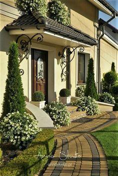 Mimo, że wrzesień nie rozpieszczał nas aurą to dni mijały mi w bardzo szybkim tem… House Front Design, House Front Door, House Entrance, Outdoor Landscaping, Front Yard Landscaping, Casas Tudor, Porch Decorating, Curb Appeal, Exterior Design
