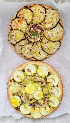 "gluten-free vegan pizzas ever! Here you'll find two recipes for pizzas: one ""red"" with tomatoes and eggplants, and the other one ""green"" with pesto sauce and zucchini, both having mushrooms, onion and vegan cheese toppings. Gluten Free Vegan Pizza, Pizza Sans Gluten, Vegan Pizza Recipe, Gluten Free Recipes, Vegan Vegetarian, Vegetarian Recipes, Healthy Recipes, Healthy Food, Sin Gluten"