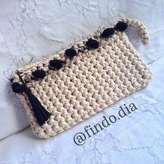 Carteira de mão feita em fio de malha (trapillo), trabalhada em crochê. Handmade handbag / clutch