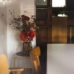 ホルムガードのフローラベースを使うようになってから、普段から花を飾るようになったという嘘のような本当の話。安定感があって先がすぼまっているから、一輪だけでも雰囲気よく飾れる。こんなに簡単に飾れる花瓶は他にはない。