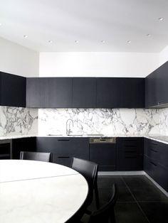 cozinha de mármore e mobiliário preto