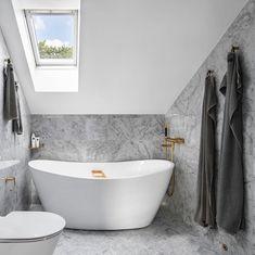 Minimalist Scandinavian Bathroom design with Dark Gray Waffle Weave Towels via @wredefastighetsmakleri Gray Bathroom Decor, Grey Bathrooms, Bathroom Styling, Beautiful Bathrooms, Scandinavian Bathroom, Minimalist Scandinavian, Scandinavian Interior Design, Bathroom Inspiration, Home Decor Inspiration