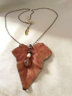 Colgante de cuero pintado a mano con perla y ágata color ámbar