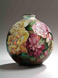 """Camille fauré (1874-1956) vase boule en cuivre à décor émaillé polychrome de roses en relief. signature manuscrite émaillée """"c.fauré limoges"""". haut. 20 cm"""