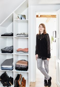 Tailor your wardrobe bookcase for sloping walls, in this way you can make use of the space in the most efficient way. Walk In Wardrobe, Wardrobe Closet, Walk In Closet, Attic Living Rooms, Scandinavian Loft, Wardrobe Solutions, Build A Closet, Small Space Storage, Apartment Renovation