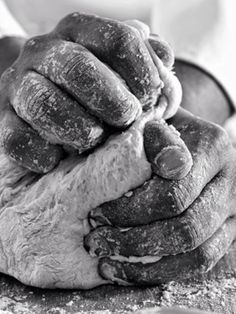 COYOTE-HAIR CONFORT  le mani ... è fantastico vedere un artigiano che con sapienti movimenti crea qualche cosa .  Bene ;  fate caso a tutto il bello che vi circonda , non tutto è merito di madre natura . Quello che dei professionisti fanno con passione e dedizione ê un ricchezza culturale che non deve andare persa .  Non esiste più l'incanto di un ragazzino nel osservare una persona che fa un lavoro con le mani .  é per questo che  vi invitiamo a coinvolgere chi vi sta' vicino ad apprezzare…