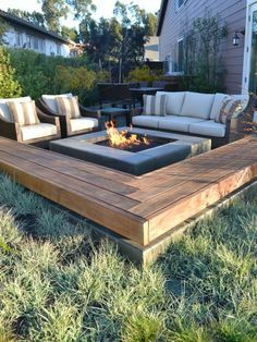 coole Terrasse mit Feuerplatz und Gras