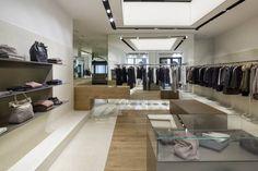 Instalaciones contemporáneas para la nueva boutique de Roma Peserico en Campo Marzio. Colores suaves y composición sencillez caracterizan el espacio de la nueva tienda insignia Peserico.